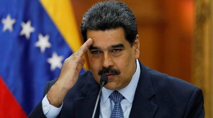 Presidente de Venezuela Nicolás Maduro saludando en una conferencia en el Palacio de Congreso de Caracas