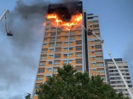 Incendio arrasó con plantas superiores de edificio en Hortaleza