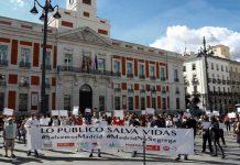 Sindicatos, partidos y asociaciones vecinales de izquierda protestaron en la Puerta del Sol contra las restricciones en Madrid