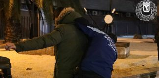 Detenidos tres jóvenes por agredir brutalmente a dos agentes que les pillaron sin mascarillas en un botellón