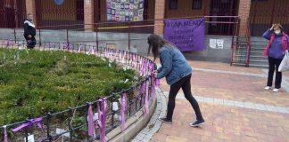 Los lazos morados continuarán en la Plaza de las Mujeres de Vicálvaro