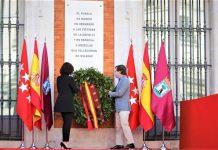 Madrid rinde homenaje a las víctimas del Covid-19 con una placa en la Puerta del Sol